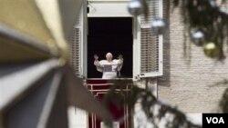 Paus Benediktus menyampaikan pidatonya di hadapan Lapangan Santo Petrus di Vatikan, 26 Desember 2010.