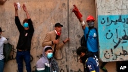 이라크 라시드 스트리트에서 24일 반정부 시위대가 보안군과 대치하고 있다.