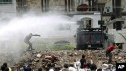 警察使用高壓水炮驅散反政府的抗議者