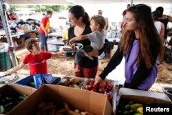 지난 7일 미국 하와이주 킬라우에아 화산의 폭발로 대피한 가족들이 지역 기부 센터에서 식사를 준비하고 있다. (자료사진)