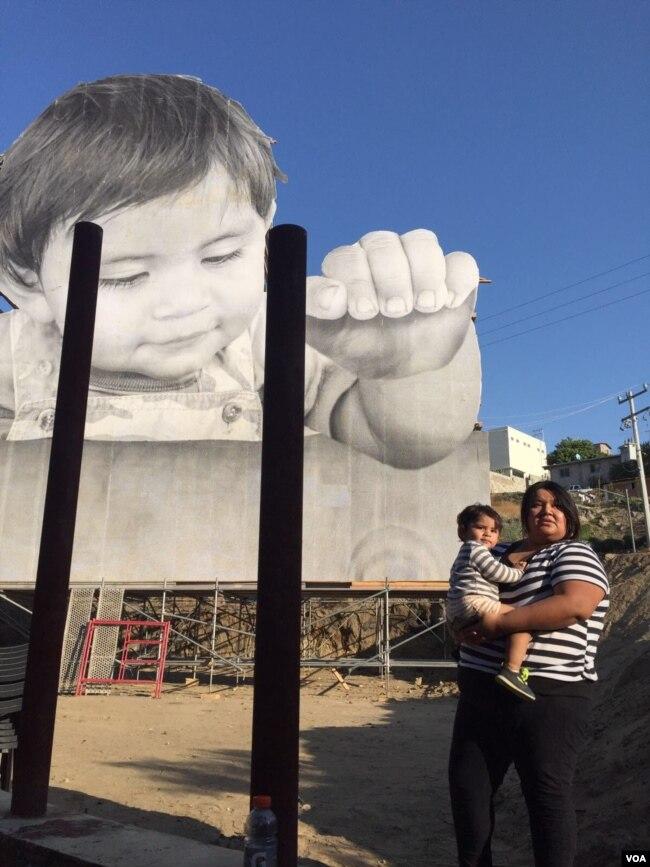 """""""Like"""", modelo de la imagen, y su madre posan en la frontera."""