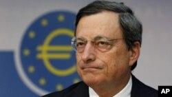 Presiden bank sentral Eropa, Mario Draghi memberikan keterangan pers di Frankfurt, Jerman (2/8).