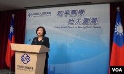 台湾陆委会副主委吴美红在例行记者会上 (美国之音许波拍摄)