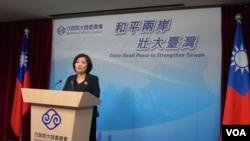 台湾陆委会发言人吴美红在例行记者会上 (美国之音许波拍摄)