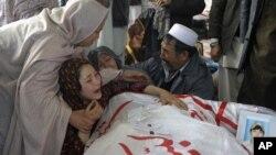 Một gia đình đau buồn trước cái chết của người thân, nạn nhân trong vụ nổ bom ở Quetta, Pakistan