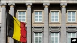 Le drapeau belge vole devant le parlement fédéral belge à Bruxelles, mercredi 12 février 2014. La Belgique est l'un des rares pays où l'euthanasie est légale. (AP Photo / Geert Vanden Wijngaert)