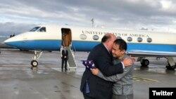 美國駐瑞士大使麥克馬倫(Edward McMullen)12月7日在蘇黎世機場迎接被伊朗釋放的王夕越。