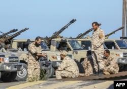 BM desteğine sahip Libya silahlı güçlerine bağlı askerler, Trablusgarp'ın kuzeyindeki sahil kasabası Tacura'da mevzilendi