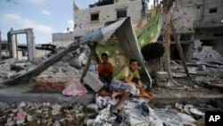 呆在废墟上的巴勒斯坦人