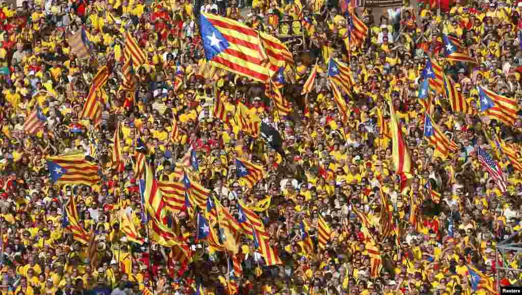 ພວກປະທ້ວງສະໜັບສະໜຸນໃຫ້ແຄວ້ນ Catalonia ເປັນເອກະລາດ ຈາກສະເປນ ພາກັນໂຮມຊຸມນຸມ ຢູ່ຈະຕຸລັດ Catalunya ໃນນະຄອນ Barcelona, ວັນທີ 19 ຕຸລາ 2014.
