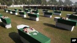 11月27日人们在巴基斯坦白沙瓦为北约袭击的受害者举行葬礼