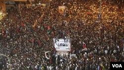 Ribuan massa merayakan tertangkapnya putra Gaddafi, Seif al-Islam di Benghazi, Libya, Minggu pagi (22/8).