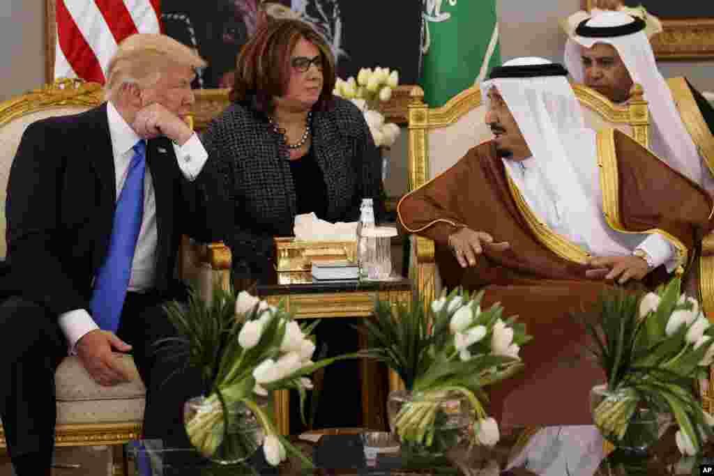 Le président américain Donald Trump, à gauche, s'entretient avec le roi saoudien Salman après une cérémonie de bienvenue à l'aéroport international King Khalid, Riyad, 20 mai 2017.