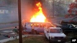 Una van se quema luego de chocar contra otro vehículo en Hyattsville, Maryland. En el accidente murieron cuatro personas. (Steve Ramsey via AP).