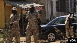 Tentara Nigeria melakukan patroli dan pemeriksaan keamanan (foto: dok).