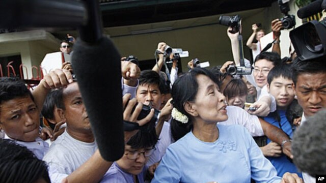 Burmese pro-democracy leader Aung San Suu Kyi is mobbed as she leaves her office in Yangon April 22, 2012.