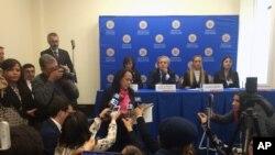 La embajadora interina de Venezuela ante la OEA, Carmen Velásquez interrumpe una conferencia de prensa del secretario general de la OEA Luis Almagro, con Patricia de Ceballos, Lilian Tintori y Oriana Goicoechea, familiares de líderes de oposición venezolanos encarcelados. Marzo 20, 2017, sede de la OEA.