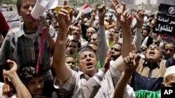 Warga Mesir berunjuk rasa menentang pembubaran parlemen yang diputuskan oleh militer pemegang kekuasaan legislatif di Kairo, Mesir (15/6).