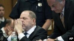 Harvey Weinstein, a la izquierda, y su abogado Benjamin Brafman durante una audiencia en la corte el jueves 11 de octubre de 2018 en Nueva York.