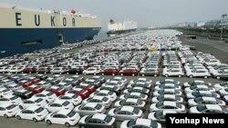 지난해 한국 내 자동차 리콜이 87만 대를 기록했다고 국토교통부가 밝혔다. 현대자동차 울산공장 수출 선적부두에 수출용 승용차가 선적을 기다리고 있다.(자료사진)