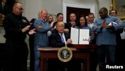 在美国钢铝工人的簇拥下,川普总统在白宫罗斯福室签署宣言,对进口的钢铝征收关税。(2018年3月8日)
