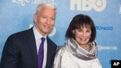 "Anderson Cooper dan Gloria Vanderbilt menghadiri penayangan perdana ""Nothing Left Unsaid"" di Time Warner Center, New York, 4 April 2016. (Foto: Invision via AP)"