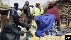 Vendeur détaillant de céréales au Niger