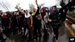지난 3월 아프가니스탄 카불에서 한 여성이 코란을 태웠다는 누명을 쓰고 구타당해 숨진 사건에 항의하는 여권 운동가들의 시위가 벌어졌다. (지난 사진)