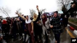 Afghanistan đã có một khung luật pháp để bảo vệ phụ nữ, nhưng sự thiếu vắng của hoạt động thực thi và chấp hành đã biến những luật lệ này thành những sự hứa hẹn trên giấy tờ.