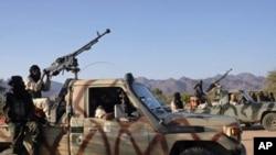 Wapiganaji wa kundi la waasi wa ki-Taureg wa Niger MNJ wakiendesha magari yenye silaha kaskazini mwa Niger.