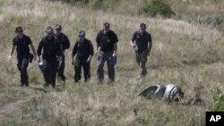 澳大利亞專家在馬航客機被擊落的地點現場進行調查