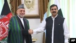 پاکستانی وزیراعظم یوسف رضا گیلانی افغانستان کے صدر حامد کرزئی سے ہاتھ ملاتے ہوئے