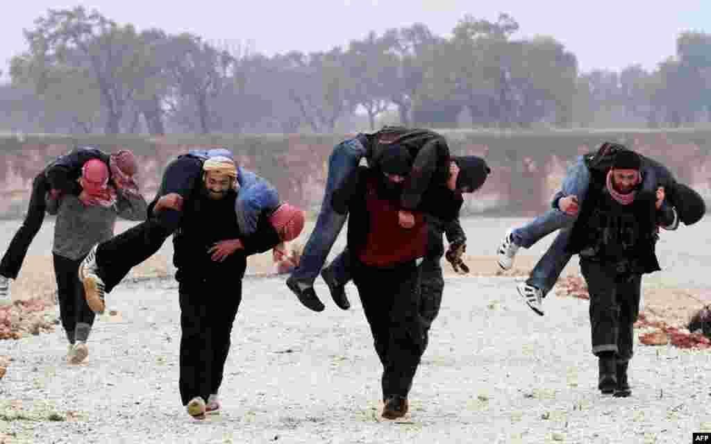 Члени Вільної Сирійської Армії тренуються поблизу міста Ідліб, 8-ме лютого, 2012. (AP)