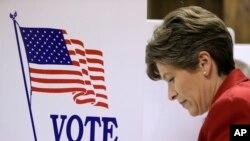 4일 아이오와주 레드옥 시에서 공화당 상원의원 후보 조니 어니스트 상원의원이 투표소를 찾았다.