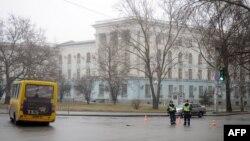 警察守卫在乌克兰克里米亚地区首府辛菲罗波尔的克里米亚内阁大楼外。(2014年2月27日)