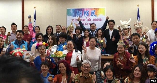 台湾新住民展示自己的创意产品 (齐勇明拍摄)