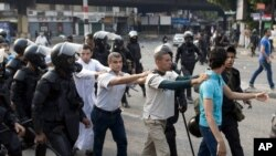 Para pendukung Presiden terguling Mohamed Morsi ditahan menyusul bentrokan dengan polisi anti huru-hara di Kairo, 6 Oktober 2013 (Foto: dok).
