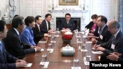 박근혜 한국 대통령이 7일 오후 숙소인 영빈관에서 워싱턴 포스트와 인터뷰하고 있다