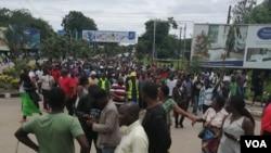 Des manifestants marchent vers le bureau de la Commission électorale du Malawi à Blantyre, Malawi, le 13 février 2020, dans l'intention de fermer la porte d'entrée. (Lameck Masina/VOA)