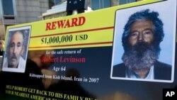 Un poster del FBI mostrando una foto y una imagen modificada por la edad del ex agente del FBI Robert Levinson es mostrada en una rueda de prensa en Washington en marzo del 2012.