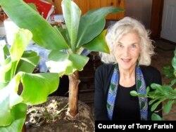 """លោកស្រី Terry Farish បាននិពន្ធប្រលោមលោកដែលមានចំណងជើងថា """"Either the Beginning or End of the World"""" ឬជាភាសាខ្មែរថា «ជាការចាប់ផ្តើម ឬជាទីបញ្ចប់នៃពិភពលោក» ដែលរៀបរាប់អំពីដំណើរសេ្នហារបស់ក្មេងស្រីម្នាក់ ដែលមានម្តាយជាជនភៀសខ្លួនខ្មែរនៅសហរដ្ឋអាមេរិកដែលមានជំងឺបាក់ស្បាតពីរបបប្រល័យពូជសាសន៍ខ្មែរក្រហម។ (រូបថតផ្តល់ឲ្យដោយ Terry Farish)"""