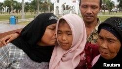 Bà Jamaliah hôn Raudhatul Jannah đứa con gái mất tích từ trận sóng thần năm 2004, vừa tìm lại được vào tháng 8 năm 2014