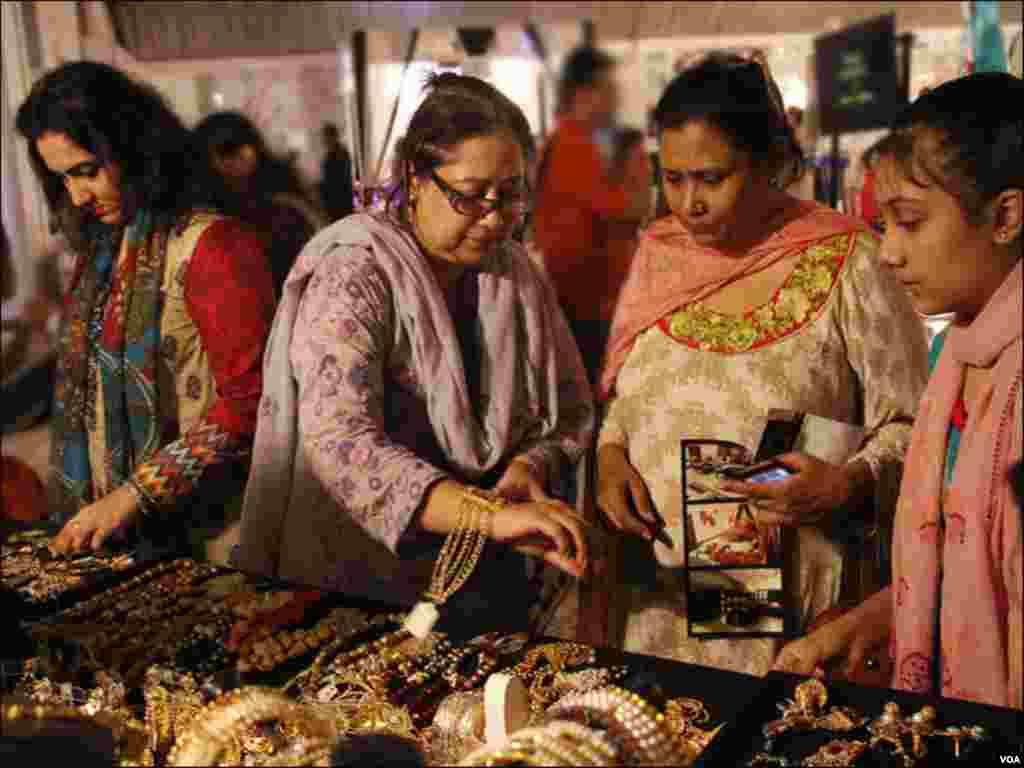 کراچی شہر میں لگائے گئے ایک عید شاپنگ بازار میں خواتین جیولری خریدتے ہوئے