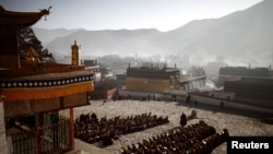 Các nhà sư cầu nguyện tại Thiền viện Labrang nổi tiếng ở tây bắc Trung Quốc