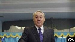 Presiden Kazakhstan, Nursultan Nazarbayev, memasukan pilihannya ke kotak di TPS Astana, dalam pemilu parlemen Kazakhstan (15/1).