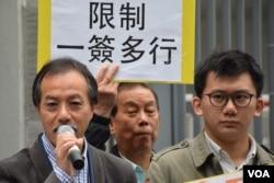 香港工黨立法會議員張昭雄(左)表示,如果中港兩地政府對中國自由行旅客過多,以及水貨客問題坐視不理,將會激化中港矛盾。 (美國之音 湯惠芸攝)
