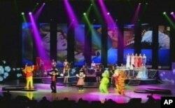 朝鲜电视画面显示牡丹峰乐队的表演。未经迪斯尼授权的米老鼠和维尼熊等卡通形象也登上了舞台。