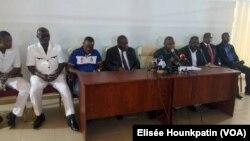 Le comité de gestion de la Fédération béninoise de Football (FBF) lors d'une conférence de presse à Cotonou, Bénin, 18 mai 2017. (VOA/Elisée Hounkpatin)