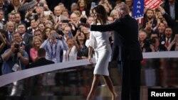 Dengan iringan lagu ''We Are the Champions'', Donald Trump memperkenalkan dan memberi dukungan bagi istrinya Melania yang menjadi pembicara utama dalam Konvensi Nasional Partai Republik di Cleveland, Ohio, Senin malam (18/7).