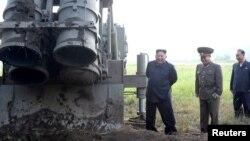 지난 9월 김정은 북한 국무위원장이 초대형 방사포 시험사격을 참관했다며, 관영 '조선중앙통신'이 공개한 사진.